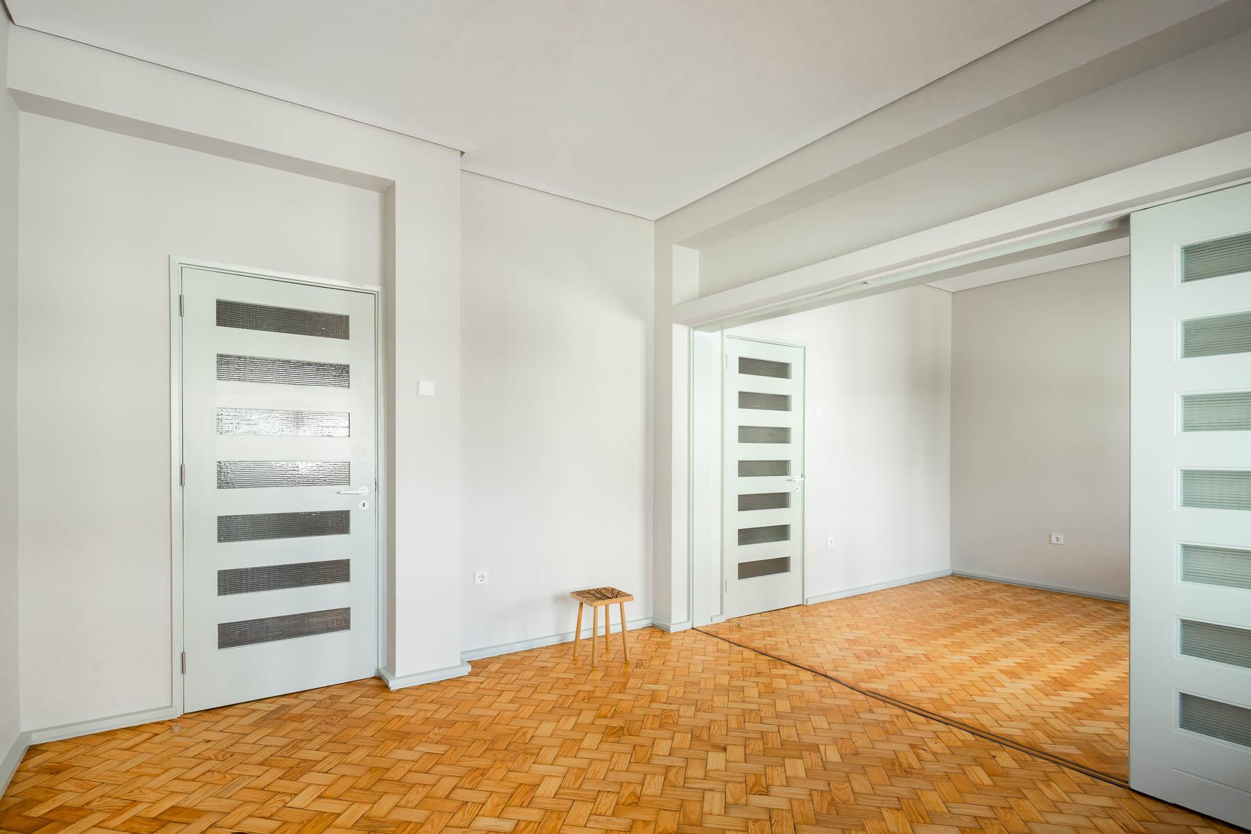 Renovação apartamento da Constituição no Porto do atelier Impare arquitectura com projecto original Arménio Losa e Cassiano Barbosa, a fotografia é de Ivo Tavares Studio